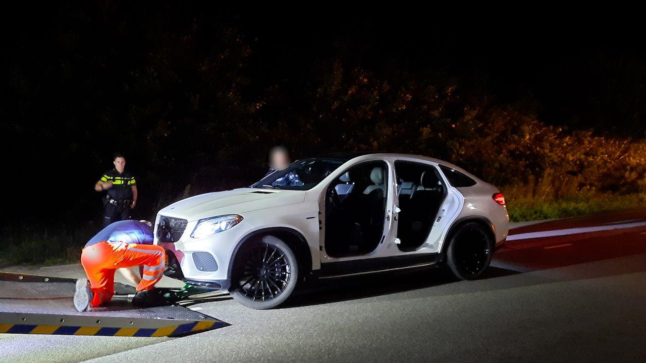 Politie haalt auto zonder deuren van de weg in Geffen