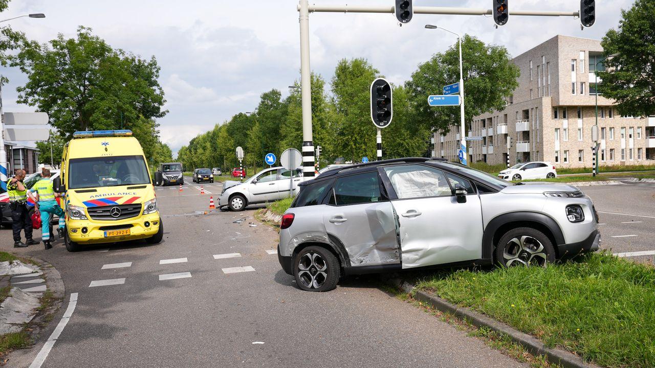Auto slaat over de kop bij botsing in Oss
