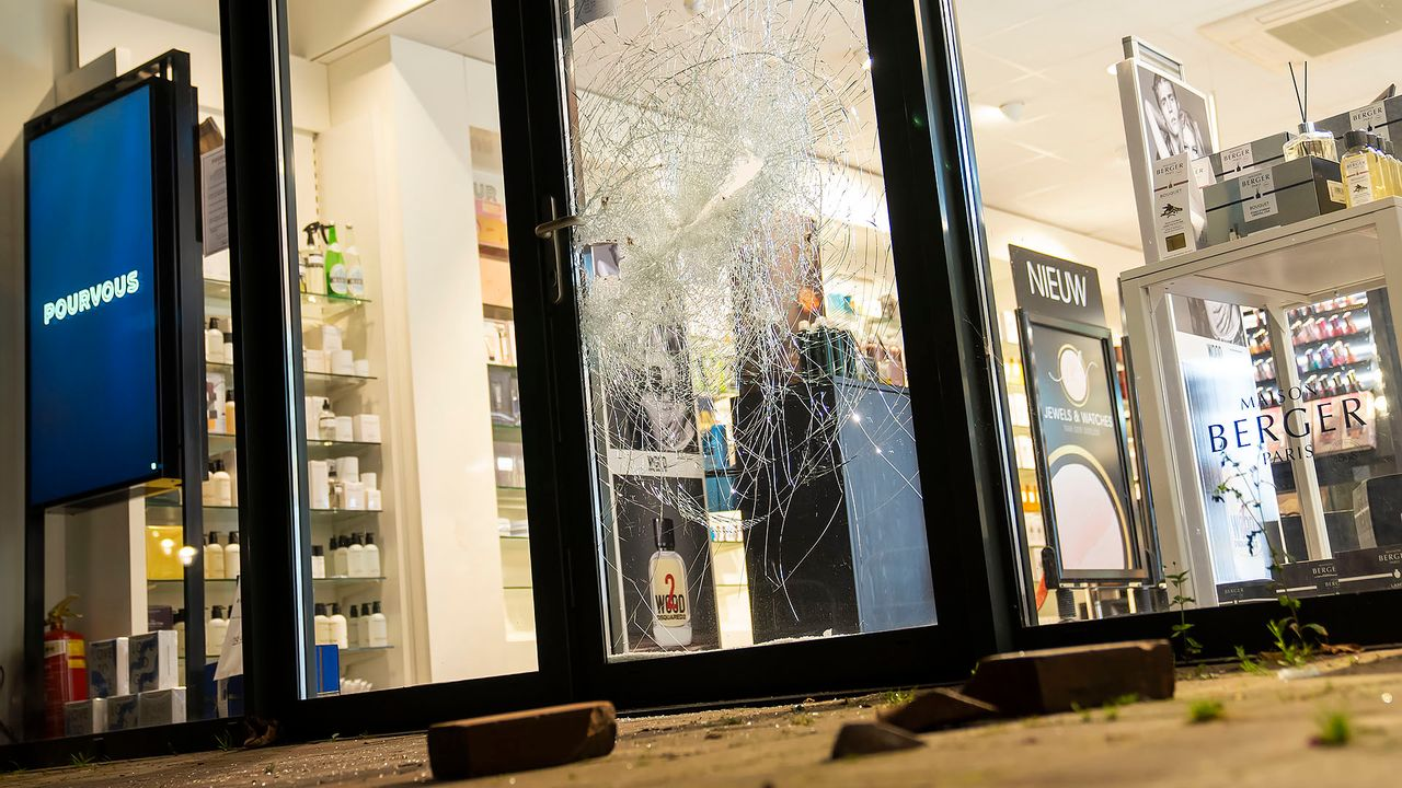 Inbrekers slaan opnieuw toe bij parfumerie in Heesch: 'flinke bende gemaakt'