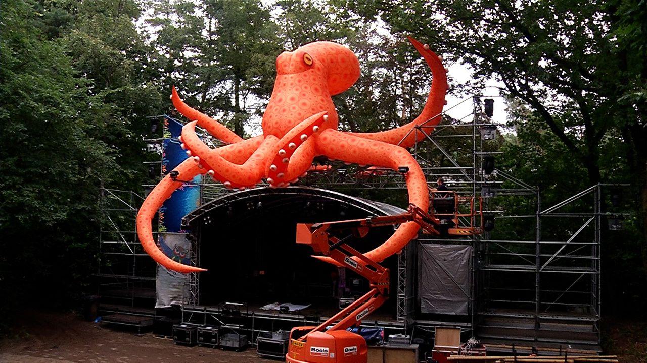 Opblaasbare dieren boven hoofdpodia Hoessenbosch Festival