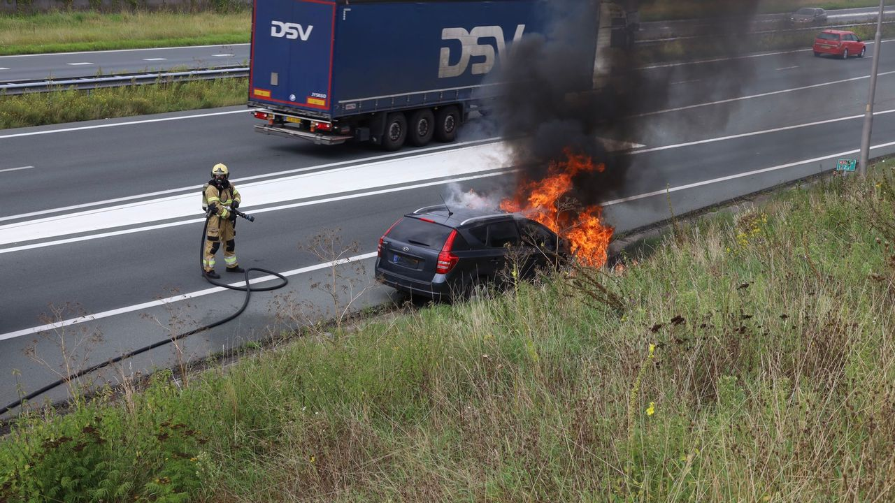Auto vliegt in brand op A50 bij Uden