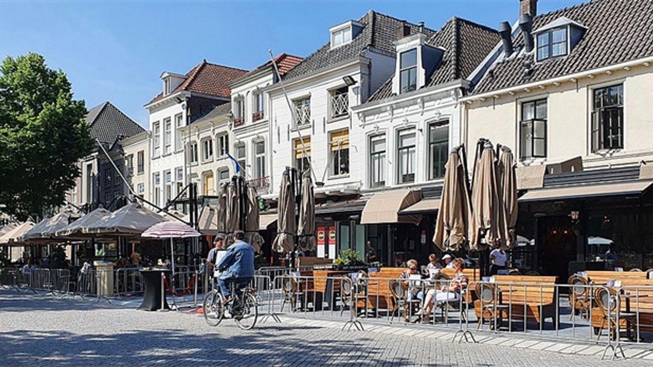 Burgemeester Mikkers krijgt gelijk van rechter over sluiten cafés