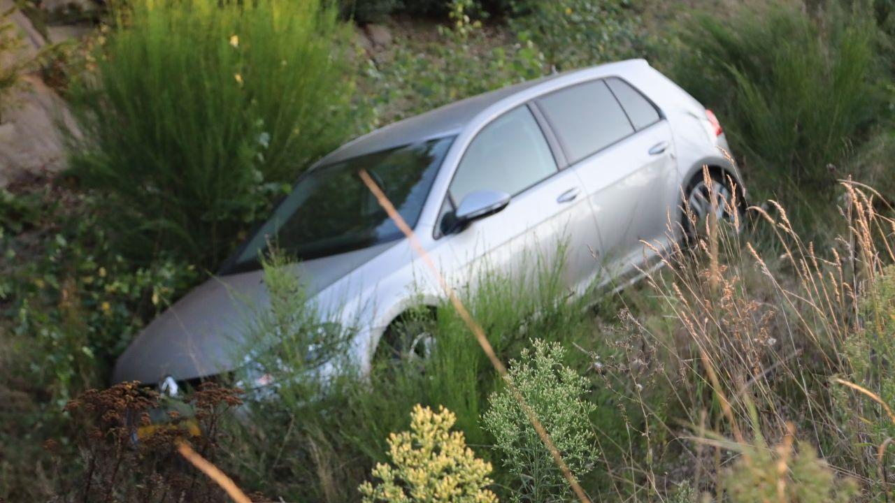 Auto wijkt uit en belandt in sloot in Schaijk