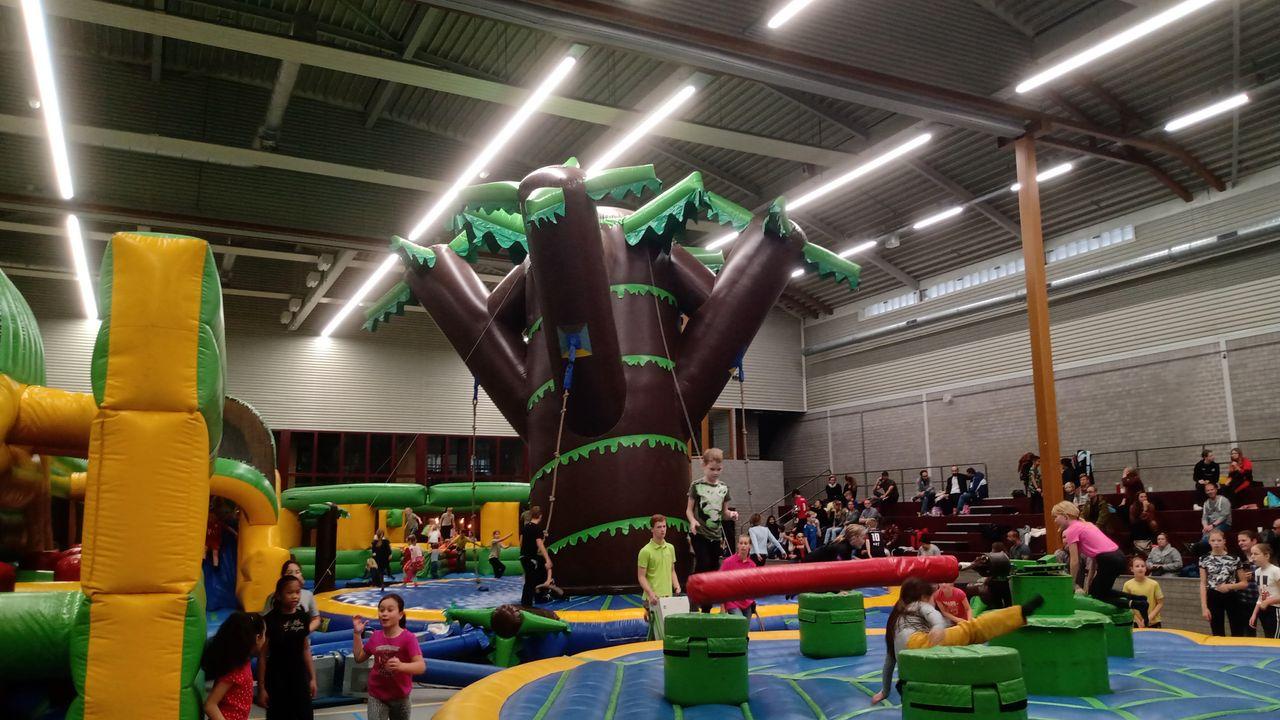 Kinderen genieten van Springkussenfestival in Oss
