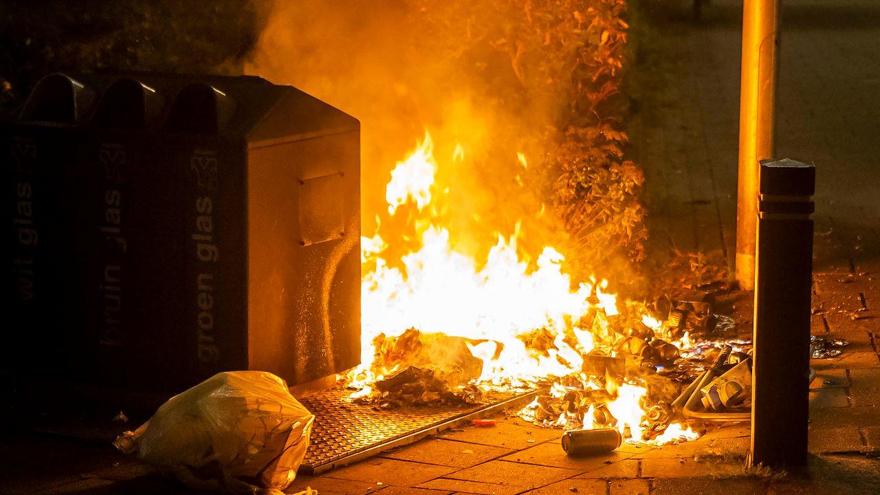 Brandweer krijgt melding van brand tegen flatgebouw, blijkt brandend afval te zijn