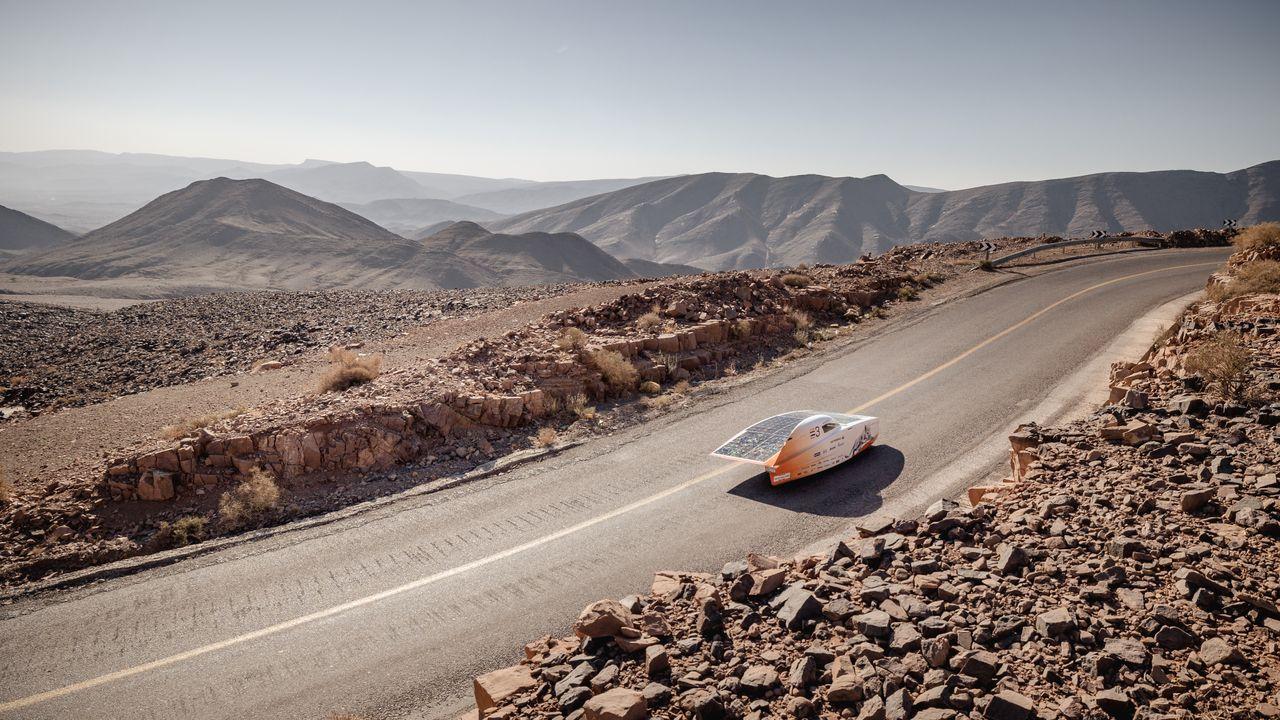 Zonnewagen met Caroline Smulders komt zonder tussenstop boven op steile bergpas
