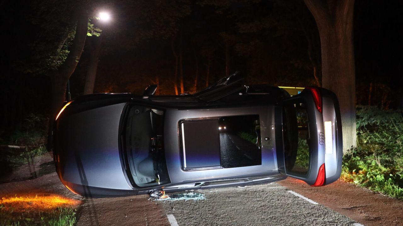 Twee auto's flink gehavend na ongeval Nistelrode, weg versperd