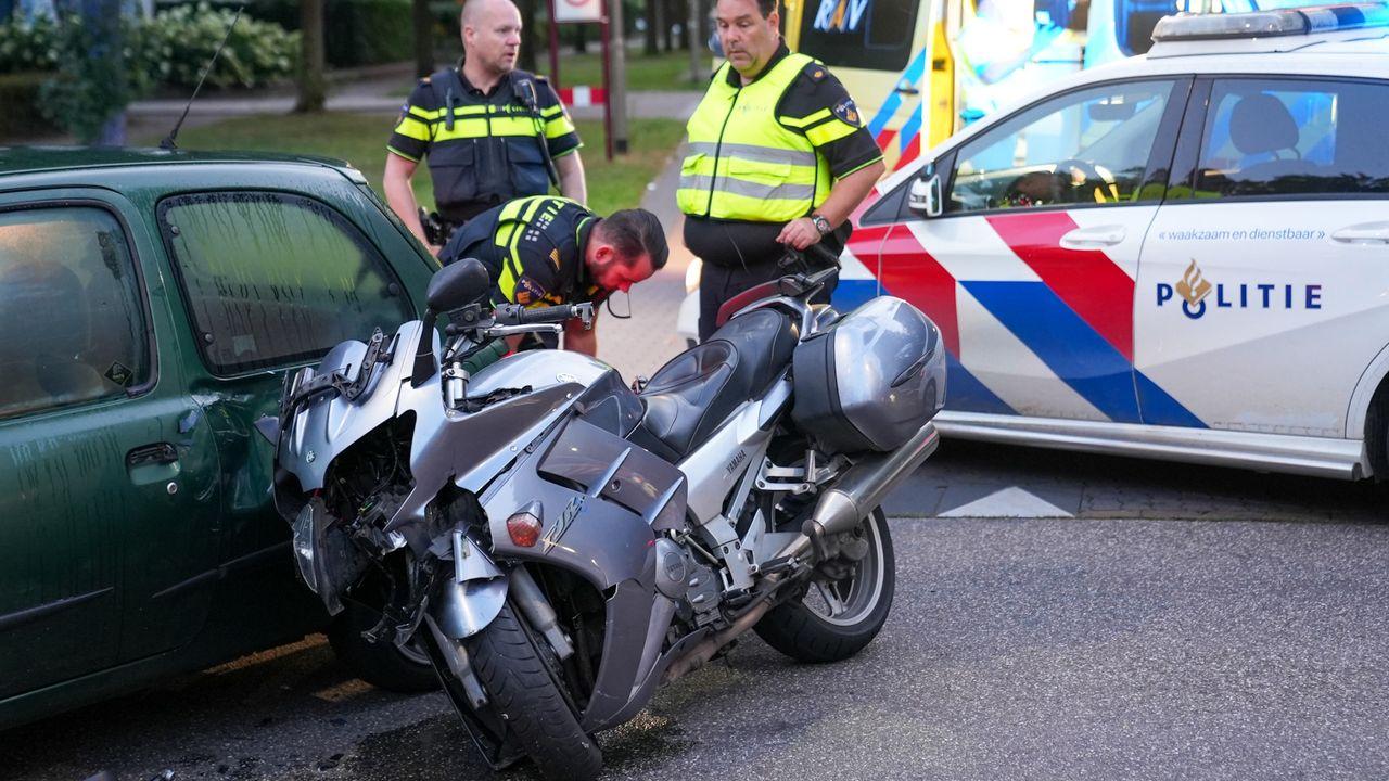 Motorrijder raakt gewond bij botsing met auto