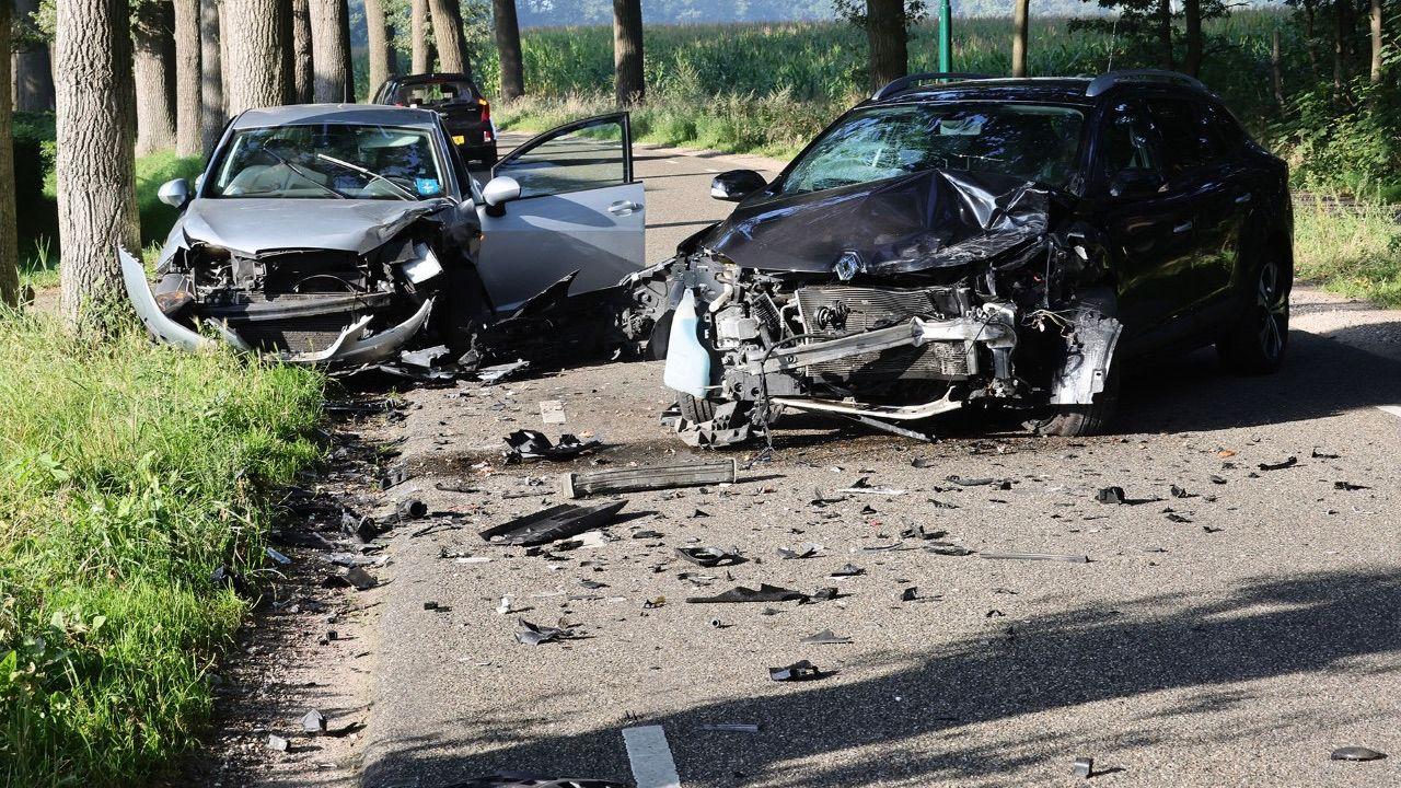 Frontale botsing twee personenauto's in Heesch