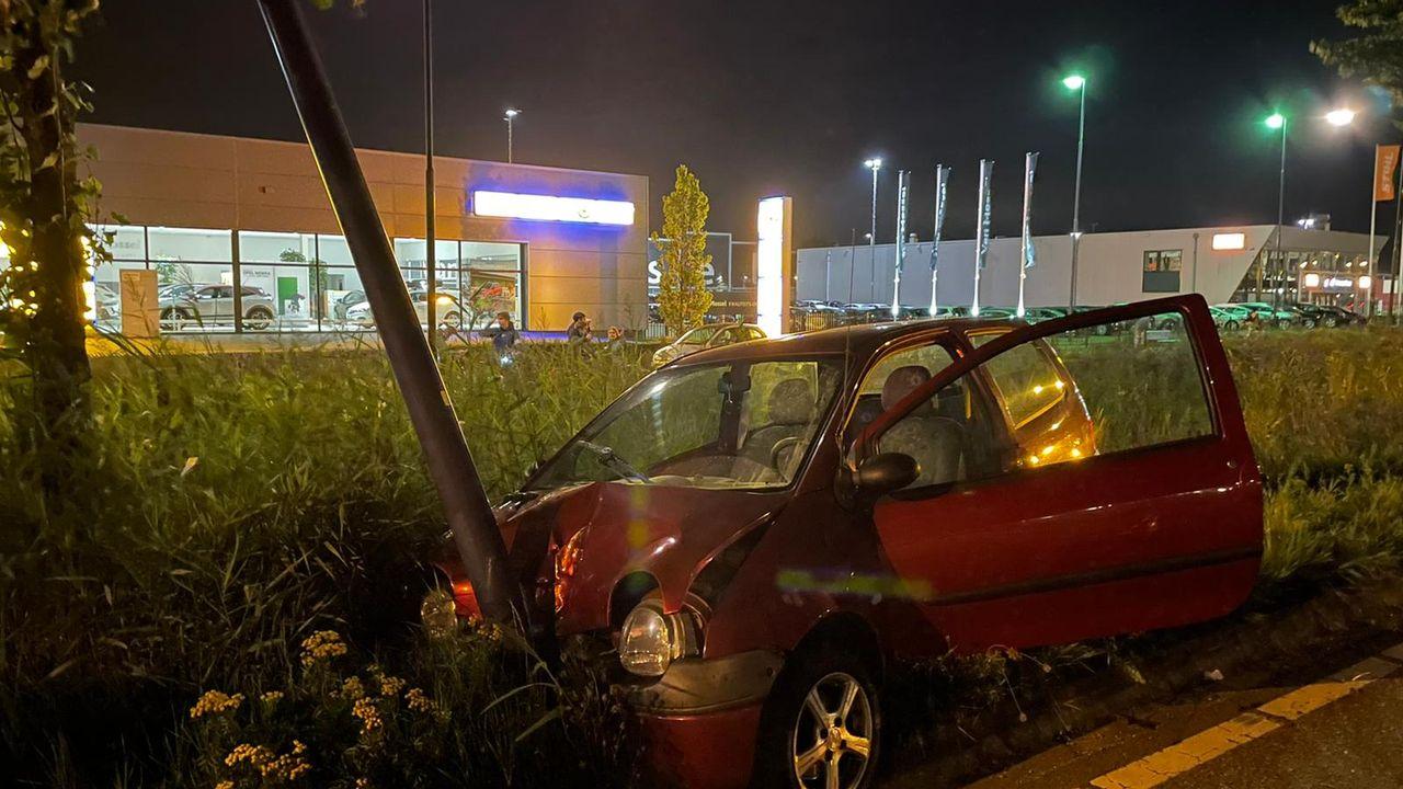Auto botst tegen lantaarnpaal en boom