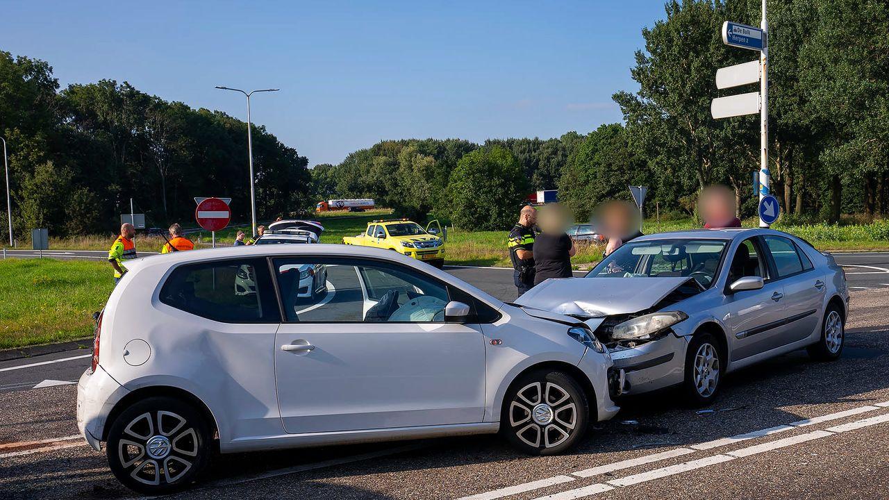 Vier voertuigen betrokken bij ongeluk in Ravenstein, een persoon naar ziekenhuis