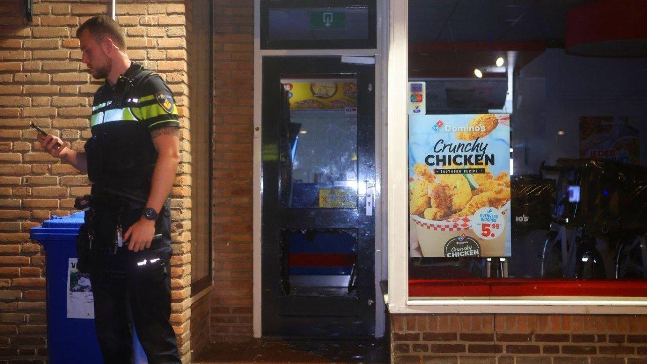 Inbraak bij Domino's Pizza Empel, daders trekken zich niks aan van getuigen