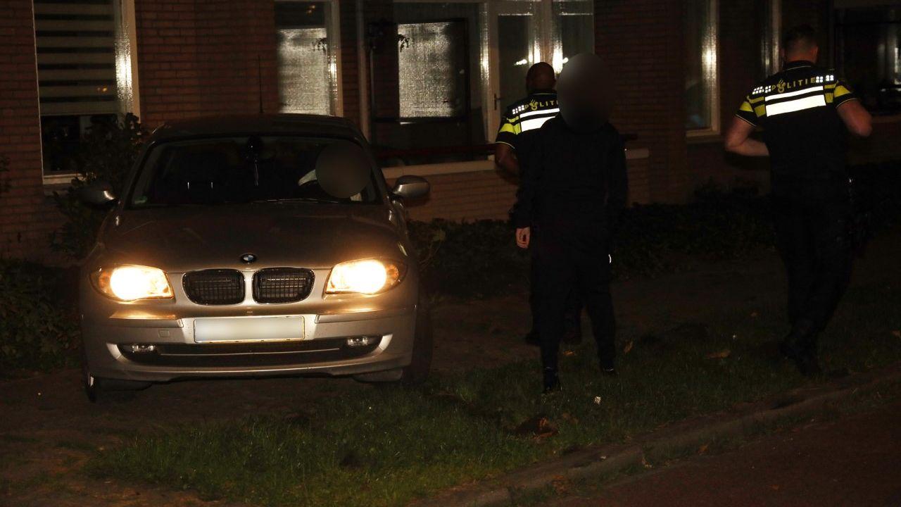 Auto botst tegen appartement in Uden, bijrijder meegenomen door politie
