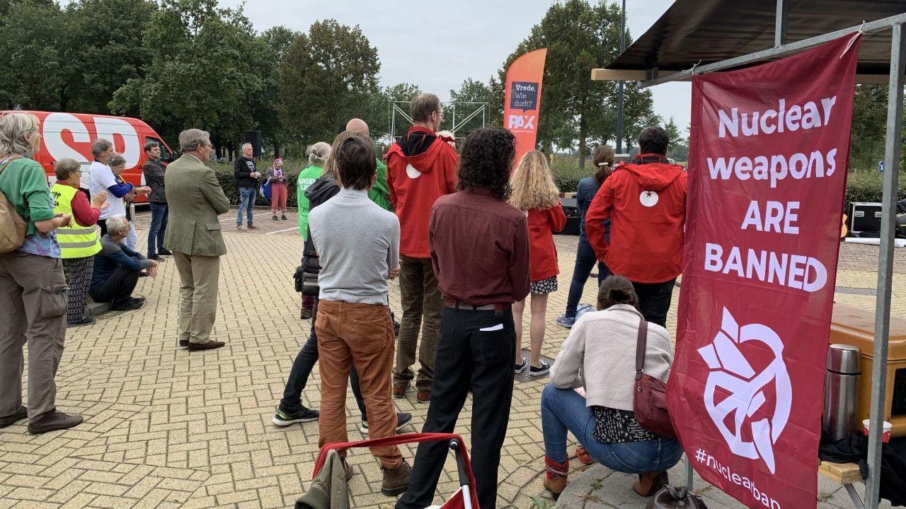 Demonstranten houden manifestatie tegen kernwapens op vliegbasis Volkel