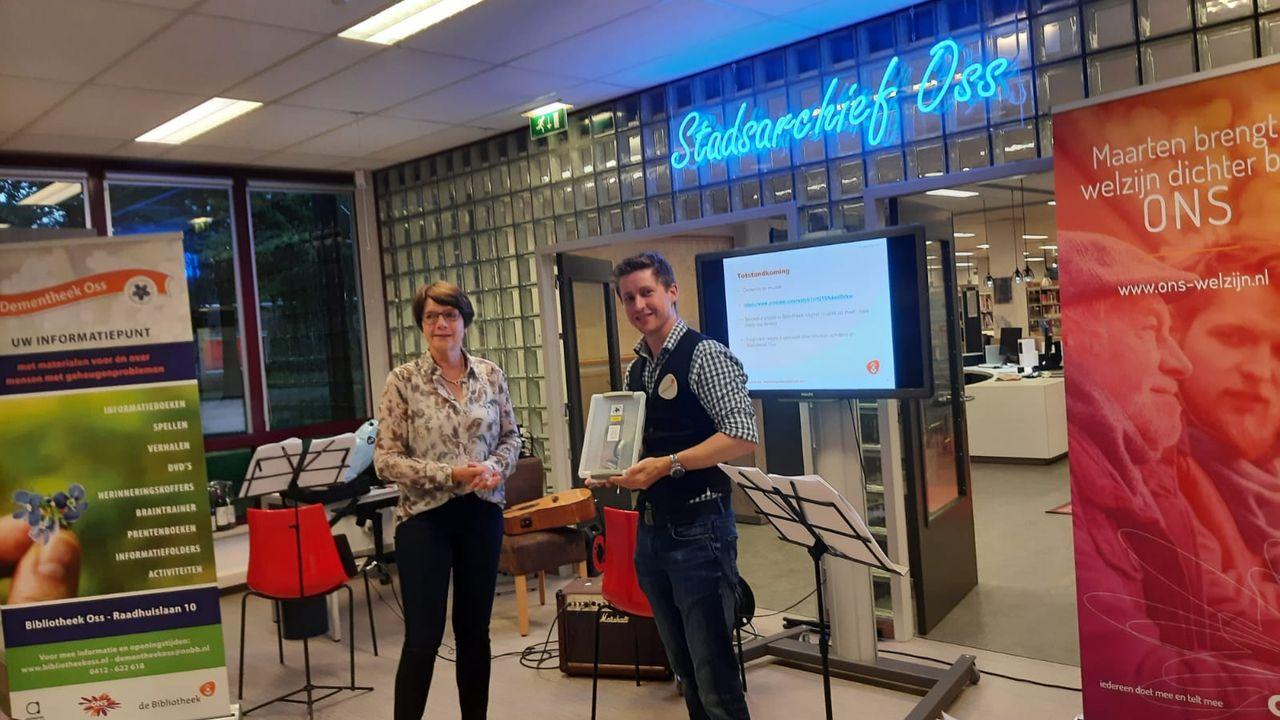 Bibliotheek Oss krijgt acht mp3-spelers speciaal bedoeld voor mensen met dementie