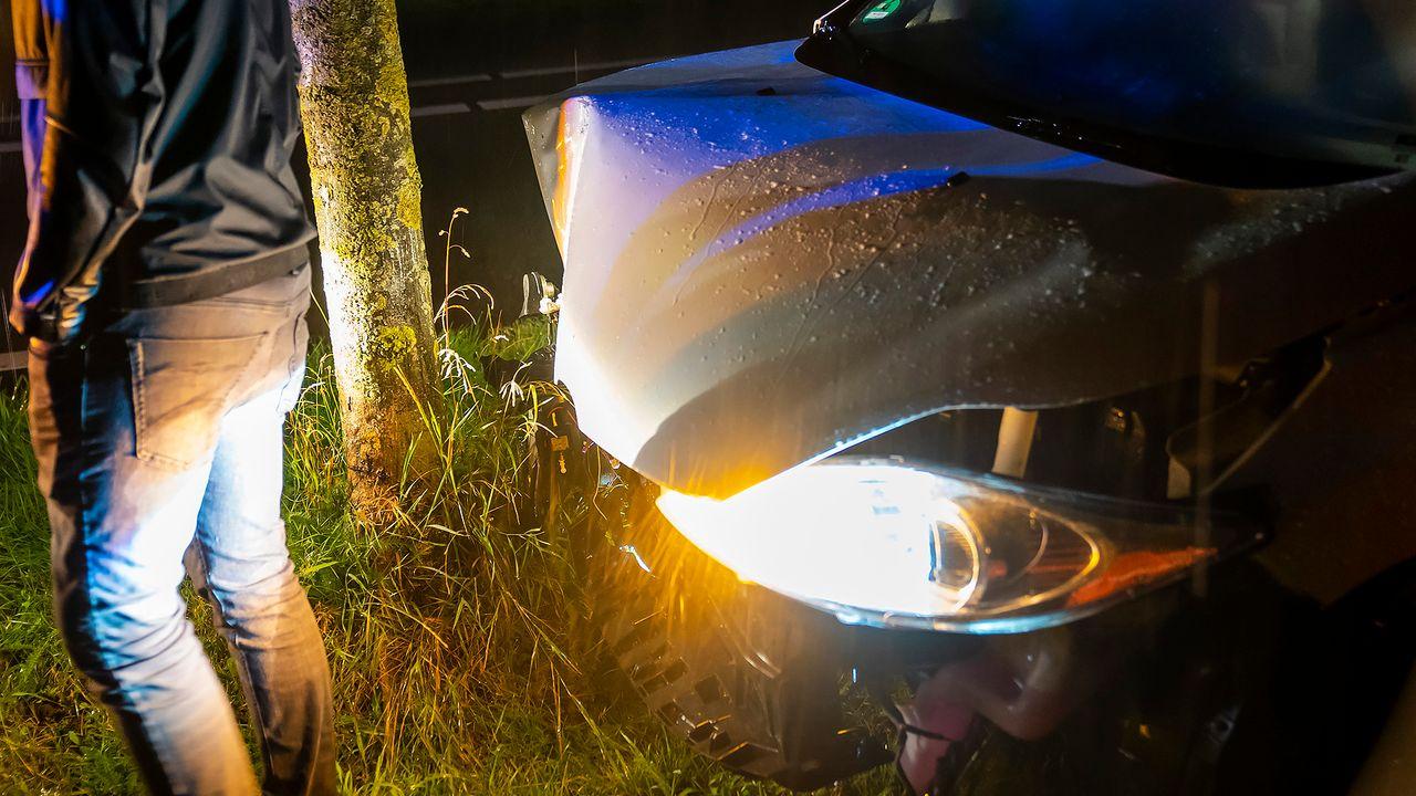 Automobilist en vriendin ongedeerd na eenzijdig ongeval tijdens noodweer in Oss