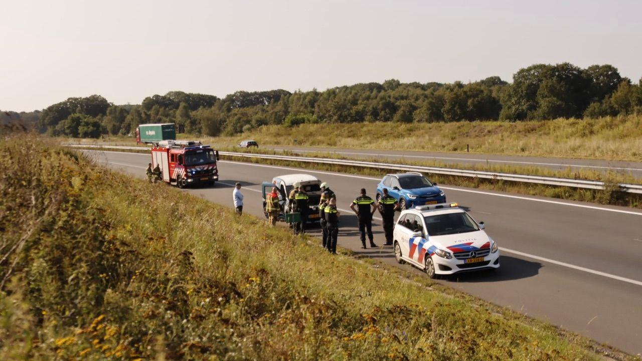 Motor van auto in brand op A50 bij Nistelrode
