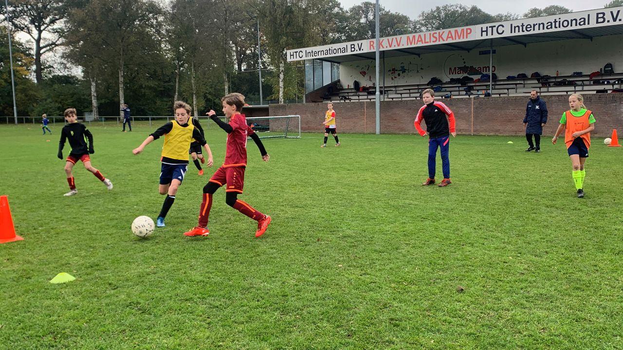 Jeugdvoetballers trainen als prof bij RKVV Maliskamp