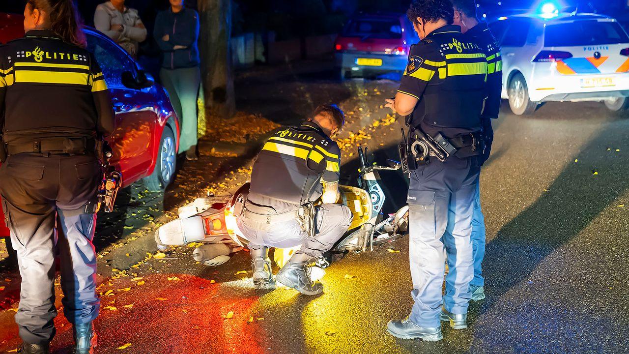 Scooterrijder botst tegen twee auto's in Oss