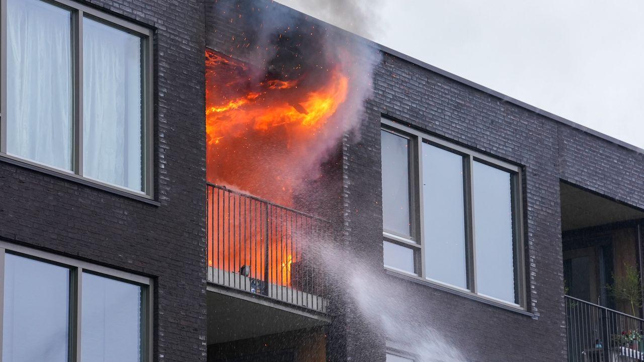 Uitslaande brand in appartementencomplex aan de Jeneverbes in Oss