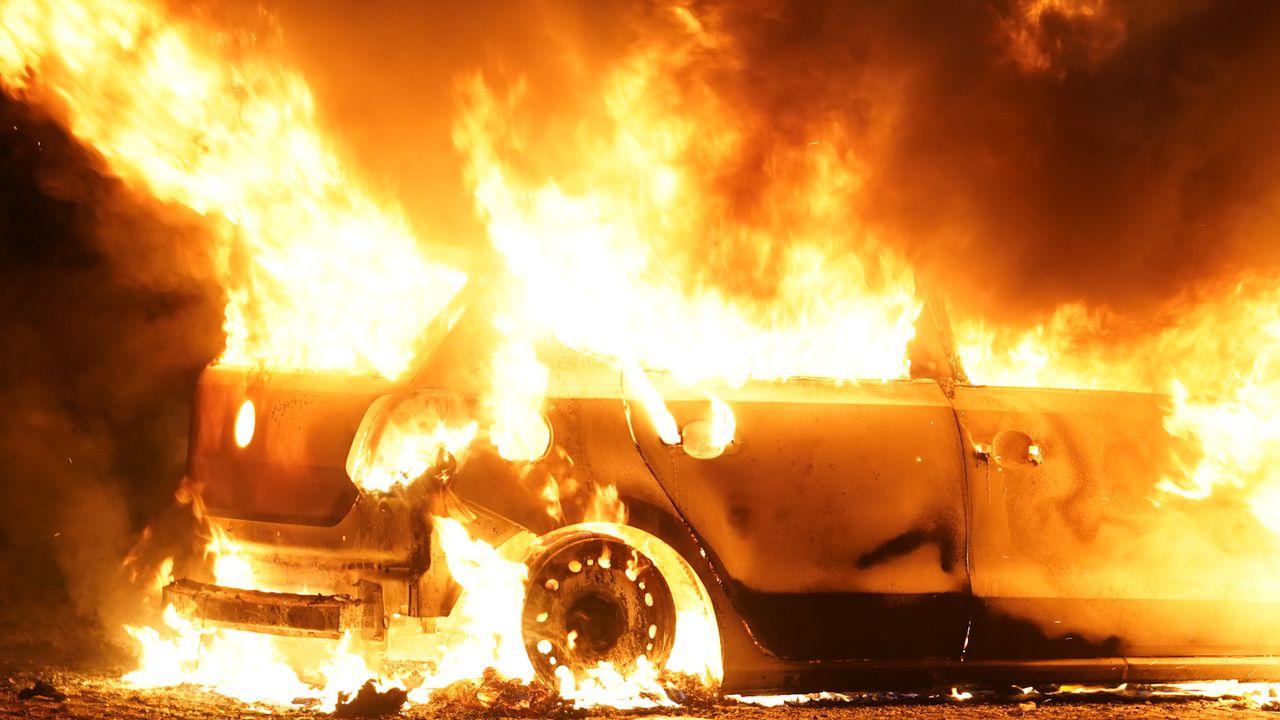 Auto in Oss gaat in vlammen op