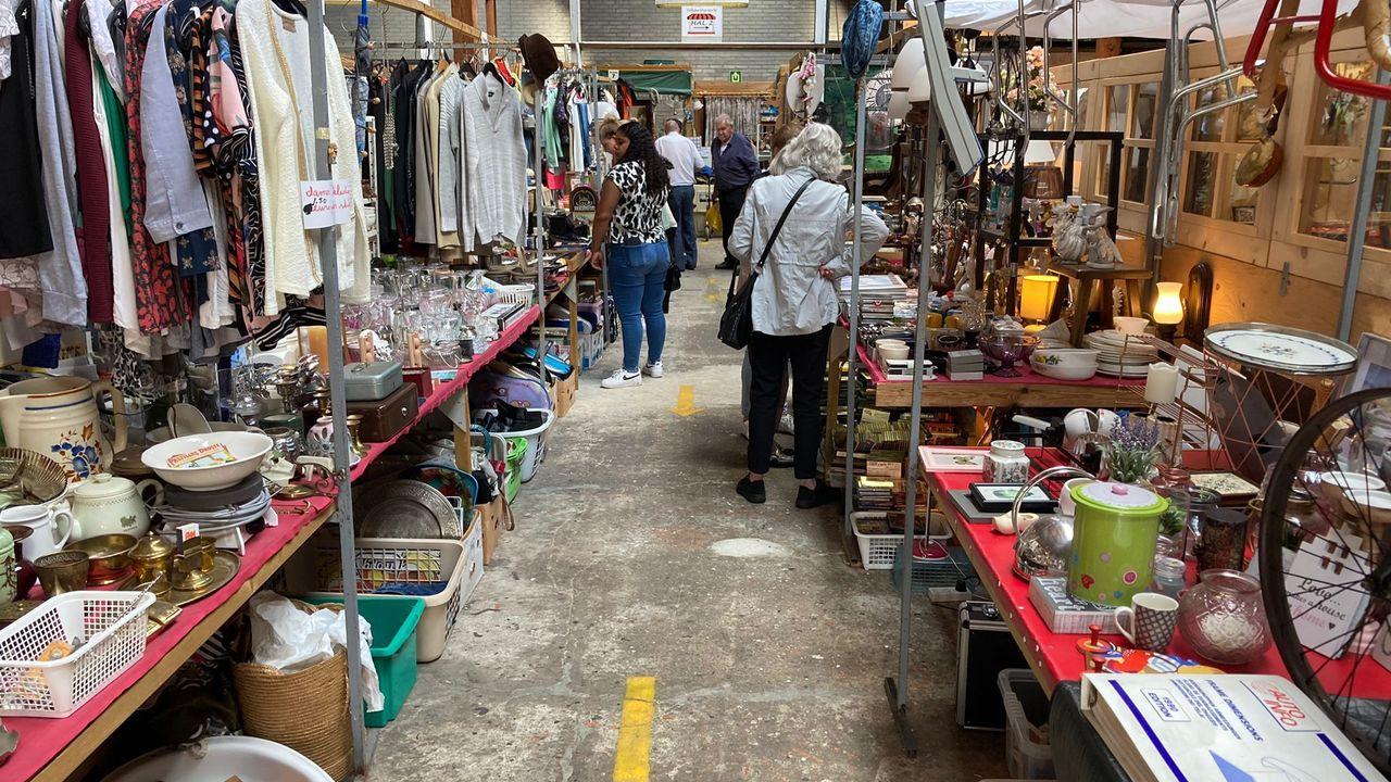 Spullen die niet naar Afrika kunnen worden verkocht op de markt in Volkel