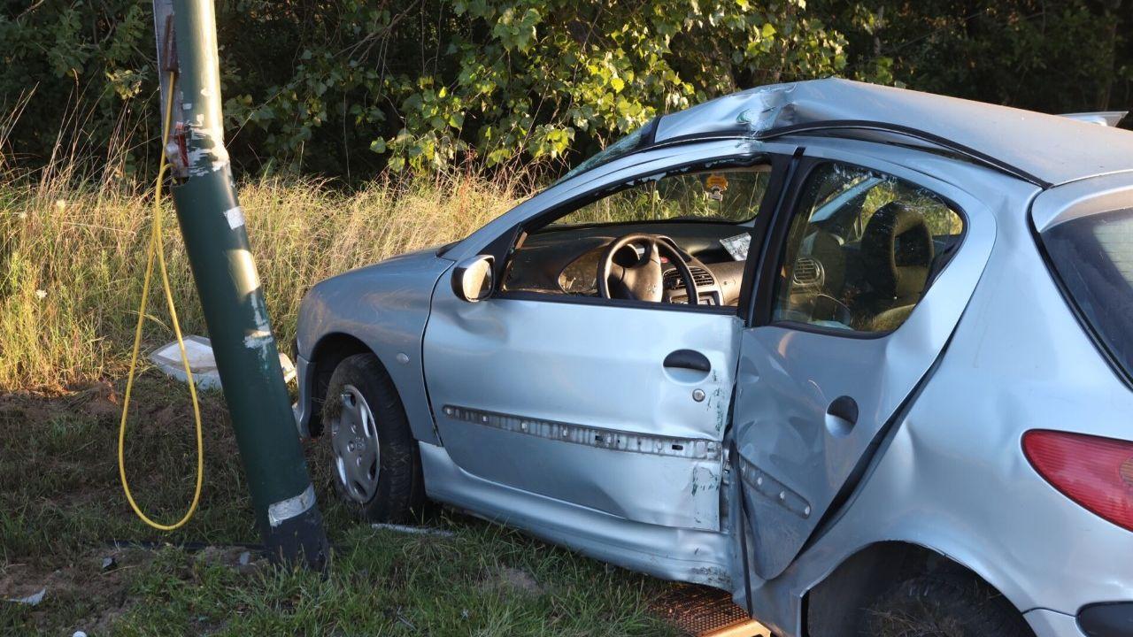 Auto crasht tegen lantaarnpaal, bestuurder gewond