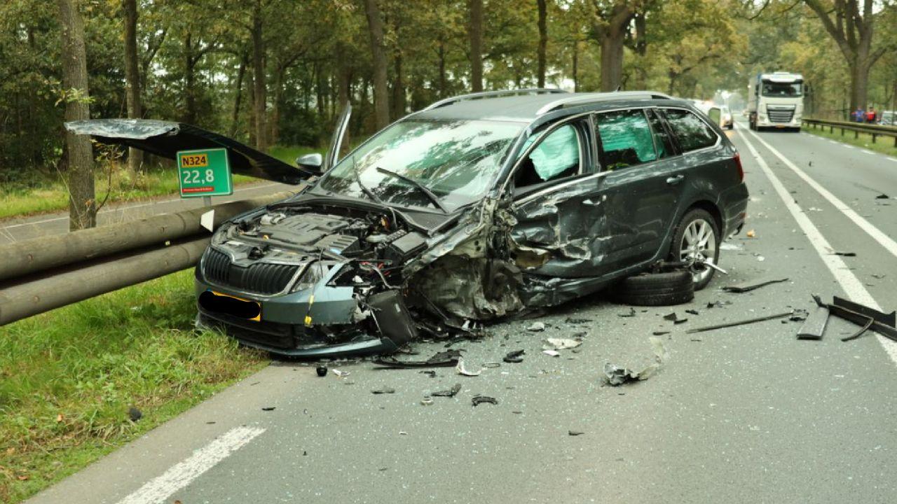 Flinke ravage en minstens een gewonde bij auto-ongeluk op de Rijksweg in Schaijk