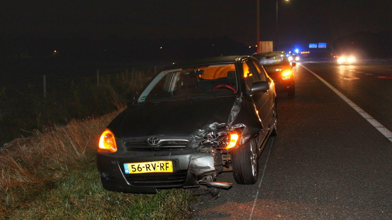 Auto belandt op de kop in de greppel na aanrijding