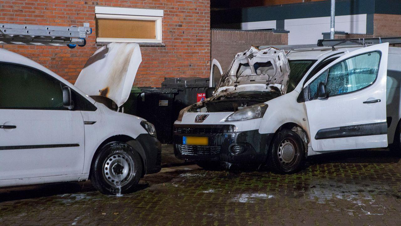Twee bestelbusjes in brand in Den Bosch