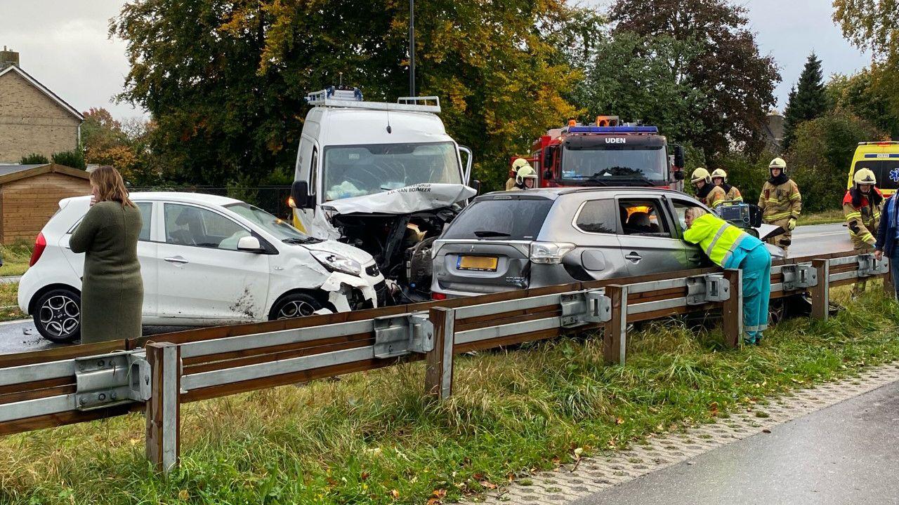 Grote ravage op Rondweg in Uden na ongeluk met vier auto's