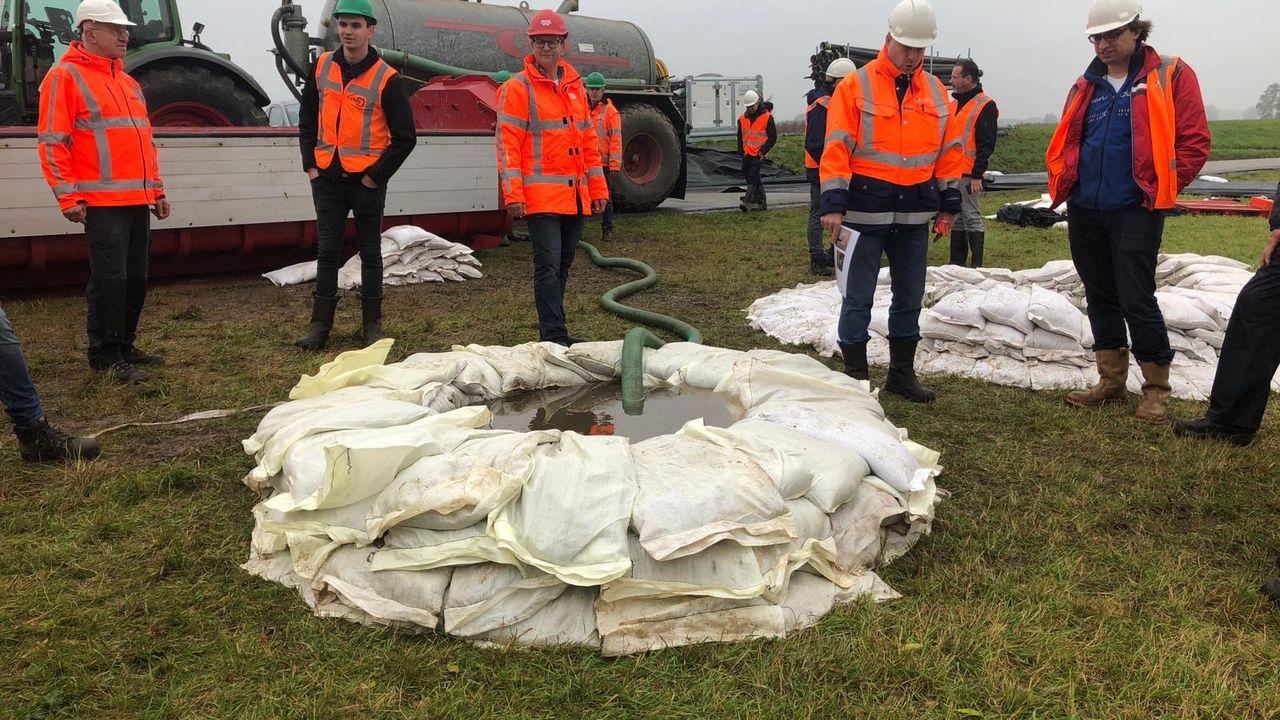 Grote oefening op de dijk in Oijen om goed voorbereid te zijn op hoogwater