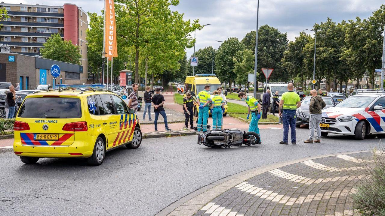 Snorscooter geschept door auto op Helftheuvelweg in Den Bosch